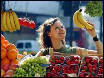 Mujer comprando frutas