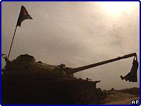 Ребенок играет на брошенном советском танке
