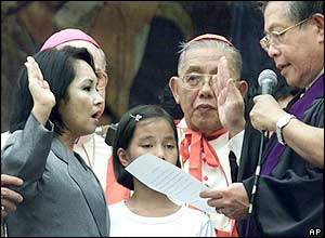 Gloria Macapagal-Arroyo, 2nd from left, is sworn-in by Chief Justice Hilario Davide, 2nd from right, as the 14th president of the Republic of the Philippines, 20/01/2001.