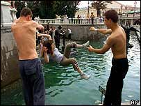 Muscovites cool off by river   AP