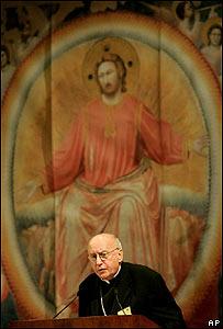 El Arzobispo Harry Flynn, de Minnesota, se dirige a los l�deres de la Iglesia Cat�lica estadounidense durante la Conferencia de Obispos Cat�licos de Estados Unidos, en junio de 2005.