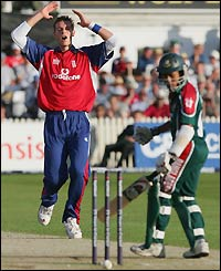 Chris Tremlett reacts to a lucky escape by Mohammad Ashraful