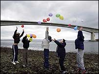 Children mark the abolition of the Skye Bridge tolls