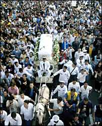 Tens of thousands follow the hearse of Fernando Poe Jr through Manila
