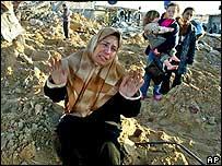 Un mujer entre los escombros luego de un operativo israelí en Khan Yunis, Dic 04