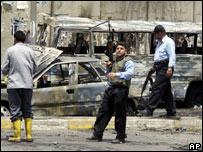 Policías iraquíes custodian el lugar donde explotó un carro bomba