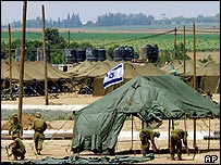 Israeli soldiers construct a base near Kibbutz Reim in southern Israel for troops taking part in the evacuation of Jewish settlers from the Gaza Strip