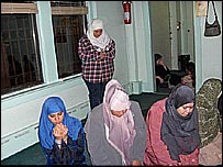 Mujeres musulmanas, entre ellas varias latinas, rezan en la mezquita del Centro Islámico de North Hudson, en new Jersey.
