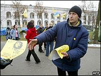 Pora activist with leaflets in Kiev