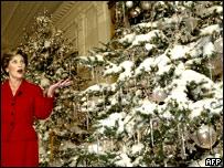 Лора Буш у рождественской елки