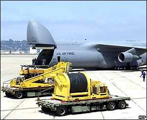El equipo estadounidense es llevado hacia aviones C5 para ser trasladados a Rusia.