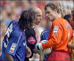 Didier Drogba argues with Jens Lehmann