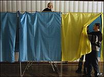 Funcionarios preparan un centro de votación