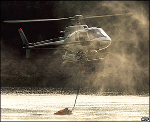 Helicopter collects water, Avila