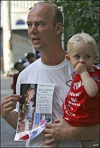 El sueco Carl Michael Bergman, con su hijo en brazos, busca a su esposa, desaparecida en Phuket, Tailandia