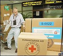 Médicos de una organización humanitaria suiza revisan los suministros de ayuda al llegar al aeropuerto de Phuket, Tailandia