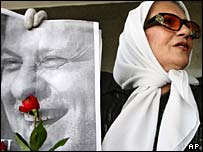 Iranian woman holding picture of detained journalist Akbar Ganji