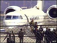 Simón Trinidad aborda un avión de la Agencia Antidrogas de EE.UU.