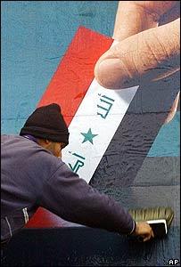 Hombre pega cartel que anima a votar.