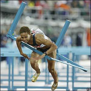 La estadounidense Joanna Hayes tropieza con una valla.