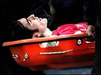 Robert Pires del Arsenal es transportado en una camilla después de sufrir una lesión en un partido.