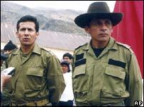 Antauro Humala (derecha), líder del motín, junto a su hermano, Ollanta Humala, izquierda (AP Photo/La Republica) .