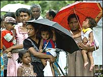 Displaced people in southern Sri Lanka queue for aid supplies