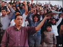 Antauro Humala (izquierda), en una reunión con seguidores (AP Photo/Caretas Magazine)