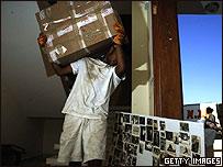 Un colono empaca sus cosas para salir de un asentamiento