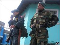 Antauro Humala (derecha), líder de la revuelta, junto a uno de sus partidarios, vestido de policía.