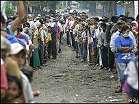 Lines form for emergency food in Aceh