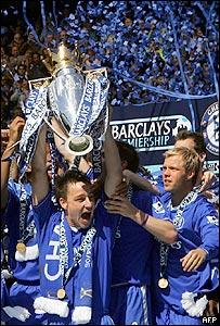 John Terry, capit�n del Chelsea, levanta la copa de campe�n de la Liga Inglesa.