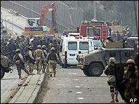 Calle bloqueada por fuerzas militares tras la explosión de un camión en Bagdad