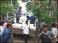 Tamil Tigers unloading aid at Pediyatala near Kalmunai