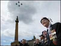 Veterans in Glasgow watch the flypast
