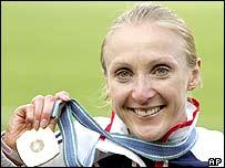 Paula Radcliffe holds aloft her marathon gold medal