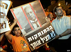 Jewish protesters demonstrate at Prime Minister Ariel Sharon's Jerusalem office