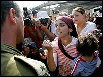 An Israeli settler argues with an army officer at Gaza's Morag settlement.