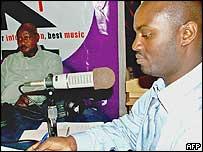 Andrew Mwenda (r) and President Yoweri Museveni (l)
