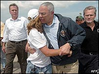 Colin Powell hugs a US aid worker in Aceh