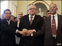 The main negotiators - Indonesian Justice and Human Rights Minister Hamid Awaluddin (r), chief mediator Martthi Ahtisaari (c) and Gam head Malik Mahmud (r) - link hands after signing the agreement