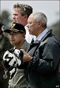 Colin Powell (izq.), secretario de Estado de EE.UU., Alwi Shihab (centro), ministro de Bienestar de Indonesia, y Jeb Bush, gobernador de Florida y hermano del presidente George Bush (atrás)