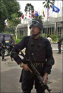 Efectivos de las fuerzas de seguridad de Indonesia custodian el lugar donde se llevará a cabo la conferencia internacional para ayudar a las víctimas del maremoto.