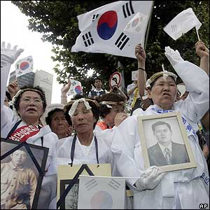 South Korean relatives of victims of Japan's wartime rule shout slogans during a rally  in Seoul - 15/8/05