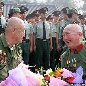 Chinese veterans hold flowers during a memorial ceremony in Chengdu - 15/8/05