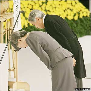 Japanese Emperor Akihito (R) and Empress Michiko (L) bow to an altar during a government-sponsored memorial  - 15/8/05
