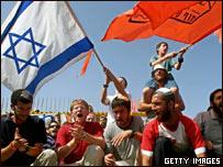 Colonos judíos con banderas.