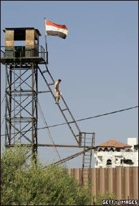 Soldado egipcio baja por la escaleras desde su puesto de control.