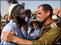 Un colono y un general israelí en Gush Katif