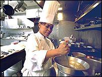 """La chef Cristeta """"Cris"""" Comerford prepara una comida en la cocina de la Casa Blanca"""